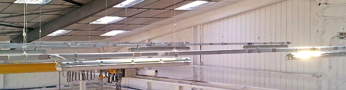Installation de réglettes d'éclairage dans un local professionnel