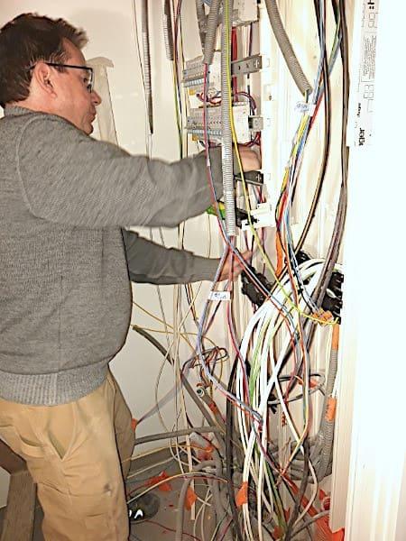 Thierry Besançon travaillant à la rénovation d'un compteur électrique