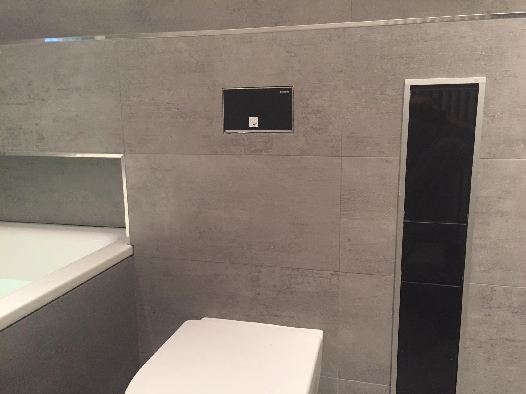 Bad mit versenkbaren Bürsten und Toilettenpapierhalter