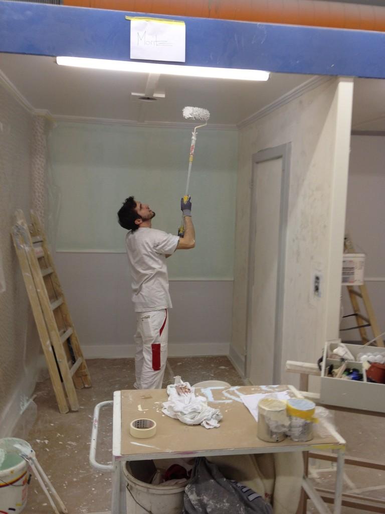 Der Maler beginnt seine Arbeit an den Decke