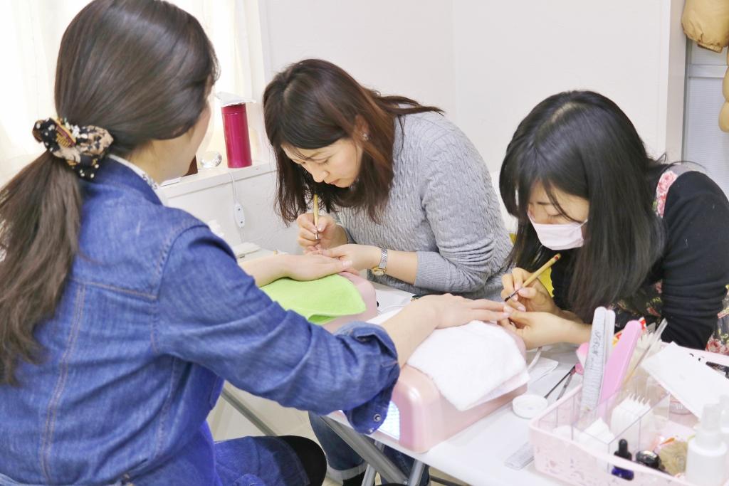 東京ネイルスクールのレッスン風景