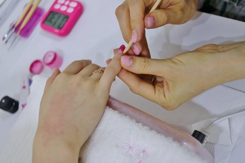 次に、お客様にネイル施術する練習。ペアの相手の生徒さんが濃いピンクを選んでくれました。はっきりしててやりやすい色です