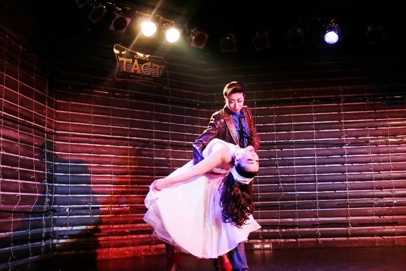 女性だけの劇団なので宝塚のレビューみたい