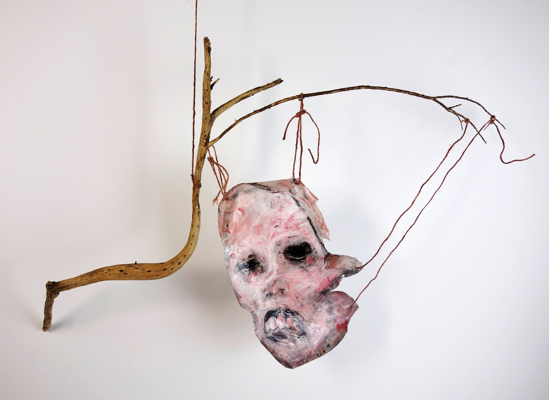 Fragiles Gleichgewicht I, 2015, Holz, Silikon, Pigmente, ca. 84 x 50 cm