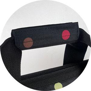 die beiden Tragegurte der Reisenthel Allrounder Dots lassen sich mittels Klettverschluss zusammenfassen