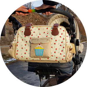 Yummy Mummy Wickeltasche am Kinderwagen befestigt