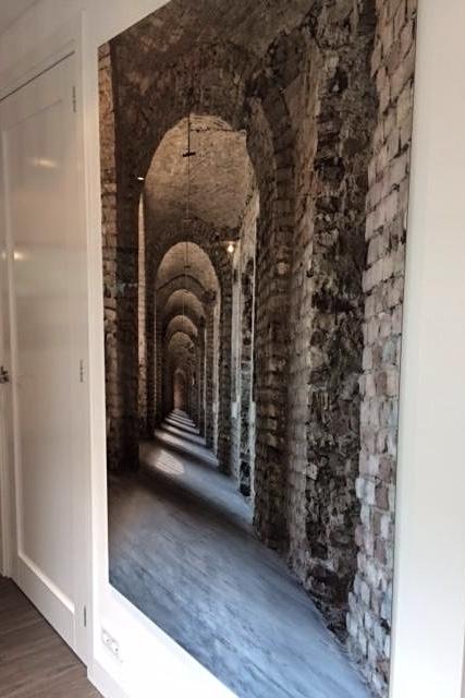 Hal: grote foto van een oude hal uit een kasteelruine in Hongarije op plexiglas.