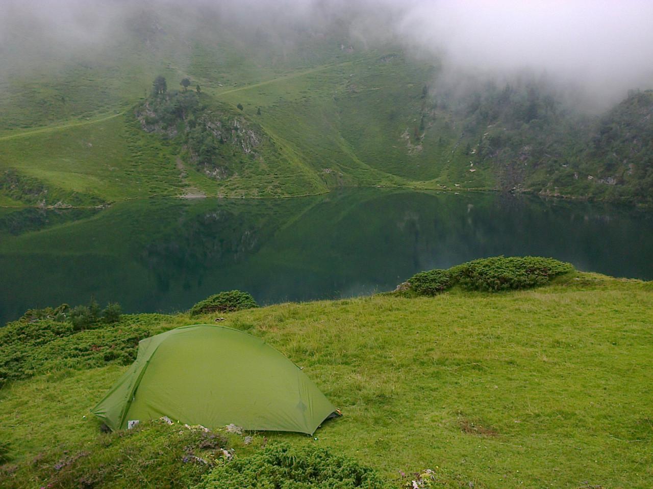 Bivouac au bord du lac de Bareilles