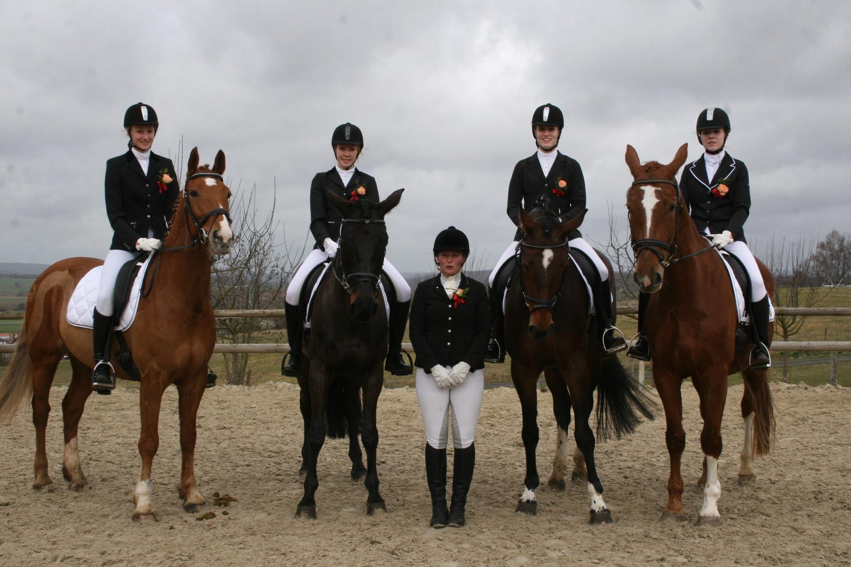 A- Mannschaft 2 mit: Nadine auf Pan, Anna auf……, Liza auf Rosinante und Chiara auf Puma