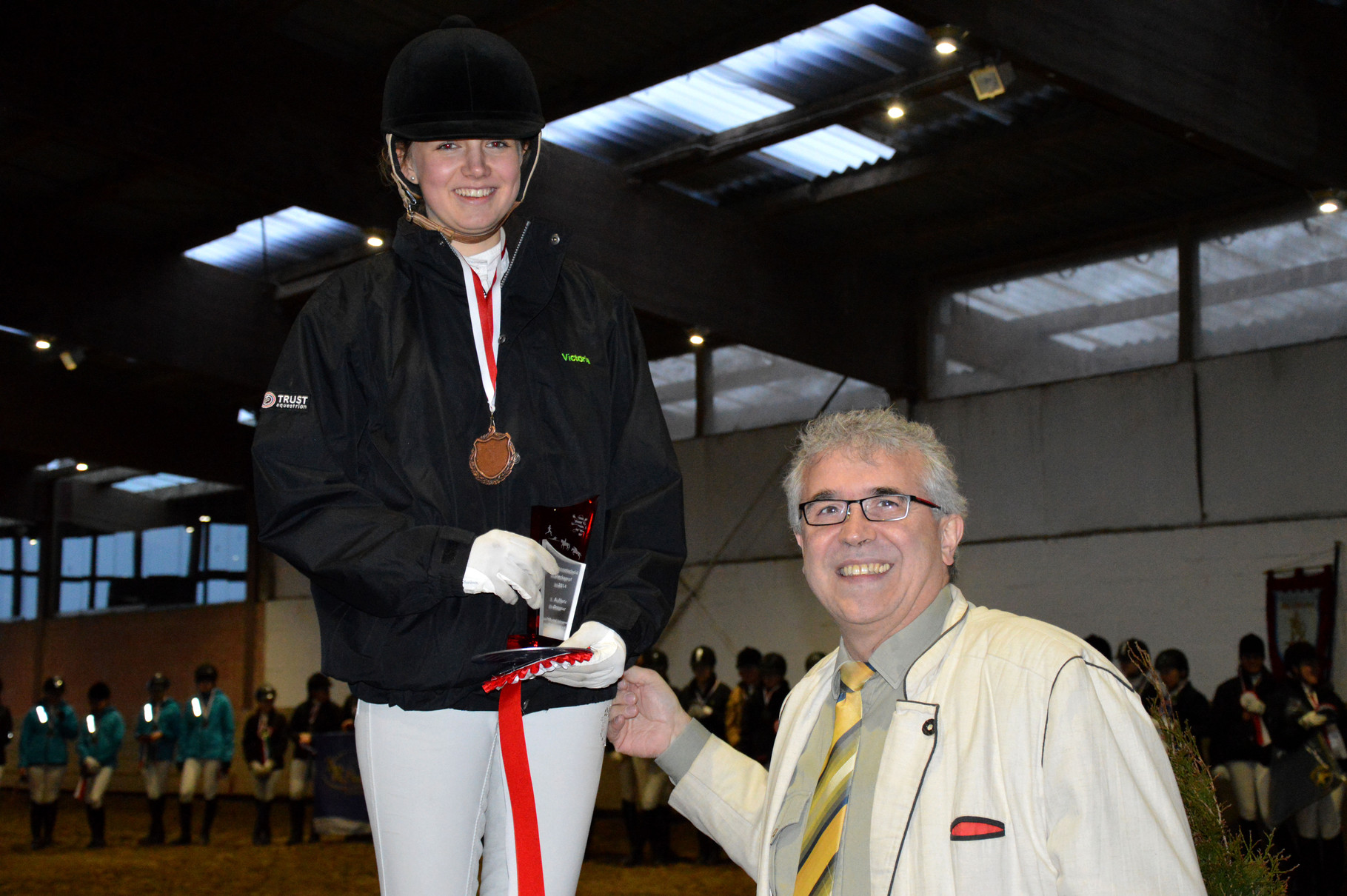 Viktoria wird als beste Dressurreiterinn des Hessischen Vierkampfs geehrt