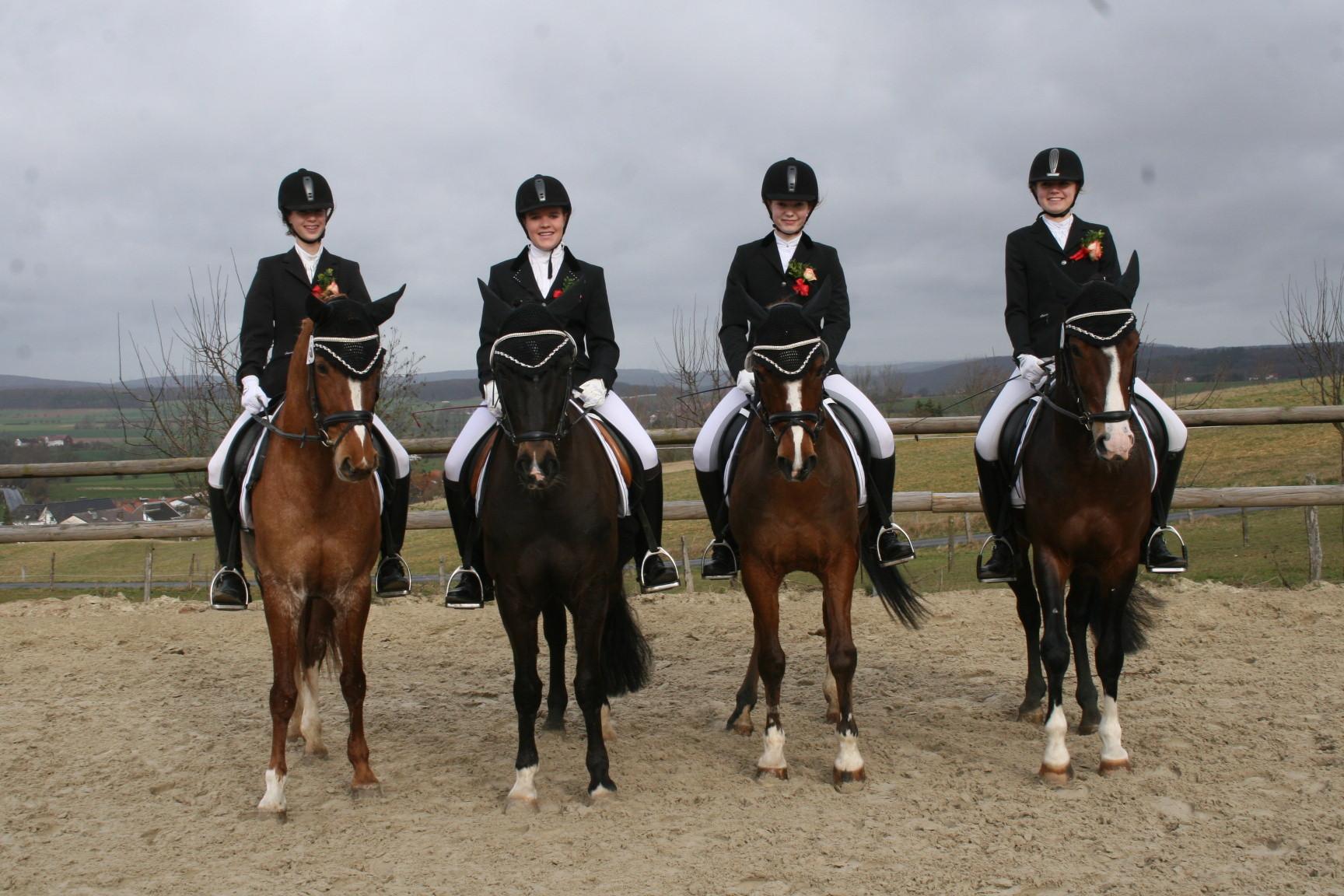 A-Mannschaft 1 mit:  Viktoria auf Franz, Marina auf Viktor,Paula auf Momo und Luisa auf Mary. Sie erzielten die beste Gesamtnote in der Dressur mit 8,5