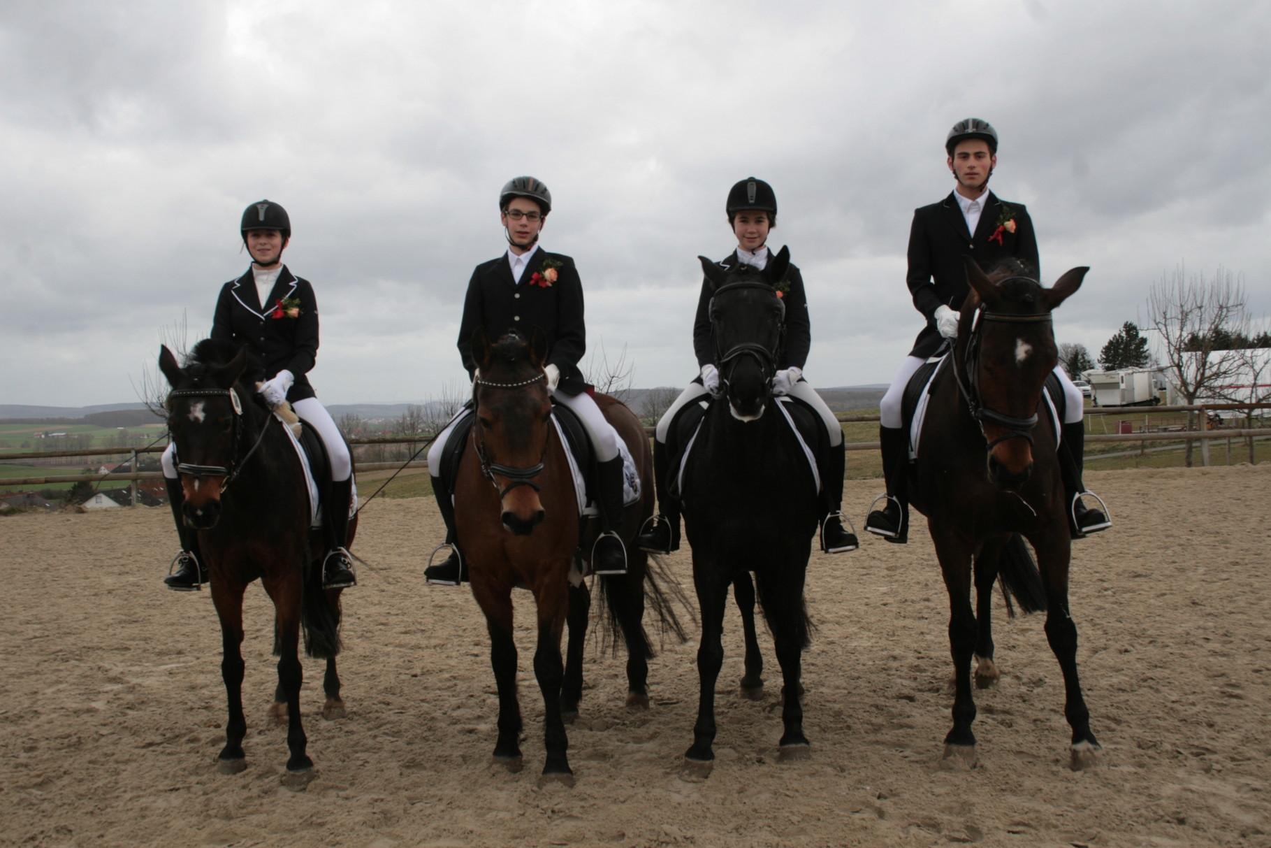 E- Mannschaft 1 mit: Livia auf Teddy, Greta auf Jojo, Kathi auf Viktor und Laura auf  Susi