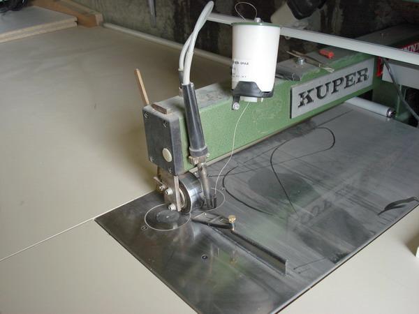 Furnierbearbeitungsmaschine: Um das Furnier zusammen zu nähen