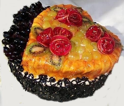 """Торт """"Птичье молоко"""", вес 3 кг ,  оформлен ломтиками перскиков, розами из яблок, виноградом, 3 кг"""