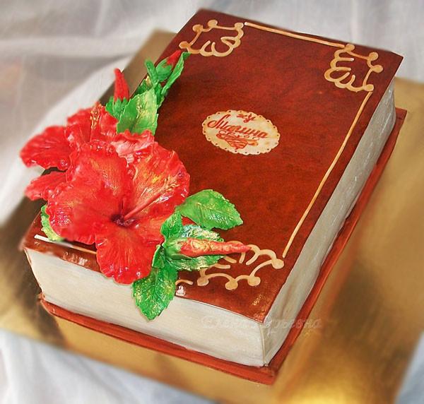 Юбилейный торт на 50 лет с гибискусами, вес 3,7 кг. Легкий бисквит,клубника, взбитые сливки, безе, муслин и ореховое суфле