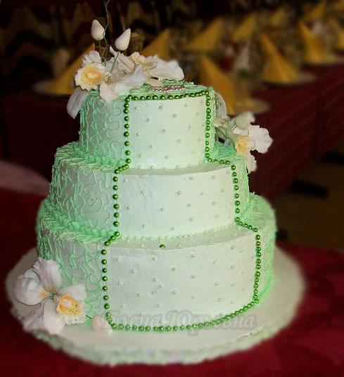 Кремовый свадебный торт с бусинами и орхидеями, вес 6,5 кг. Орхидеи выполнены из сахарной пасты. Все уровни торта с разной начинкой.