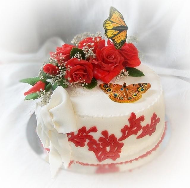"""Юбилейный торт на 50 лет с красными розами и бабочками, вес 2,8 кг, внутри """"Калифорнийская лилия"""""""