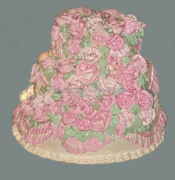 Трехъярусный кремовый  торт, усыпанный  розовыми розами, 6 кг