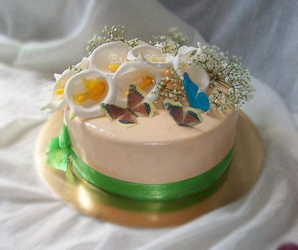 Торт на юбилей с каллами, внутри клубника со сливками, 2,5 кг