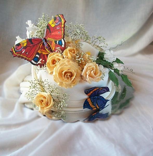 """Торт с бабочками, розами, каттлеями, каллами, душистым горошком, вес 2,5 кг, стоимость 350 грн. внутри """"Ночи Нью-Йорка"""". Бабочки и цветы из сахарной пасты, ручная работа."""
