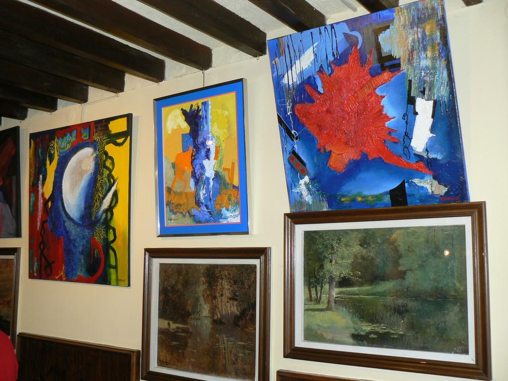 Exposition de peinture à l'intérieur de l'Auberge des Peintres
