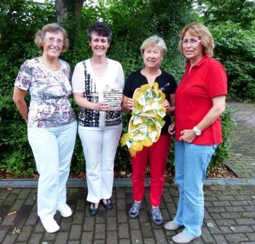 Das Foto zeigt von links:   Ulla Echterbruch, Pfarrerin Simone Heider-Geiß, Karin Gruner und Petra Ensberg (alle 3 vom TR) bei der Spendenübergabe