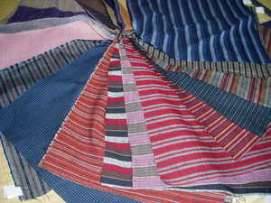 多彩な縞柄が特徴。細幅の着物生地≪遠州綿紬】