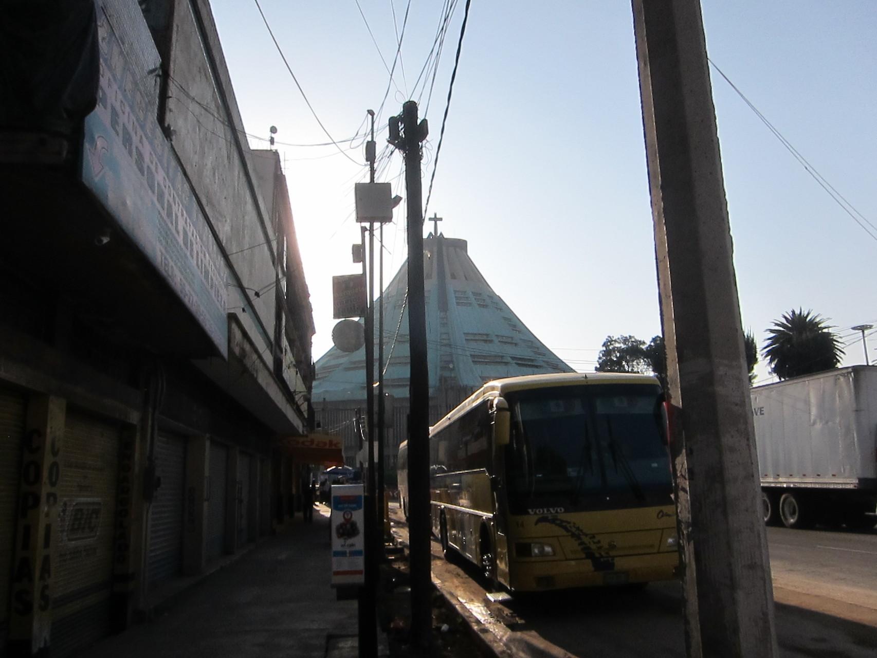 早朝グアタルーペに到着しました。観光バスもいます