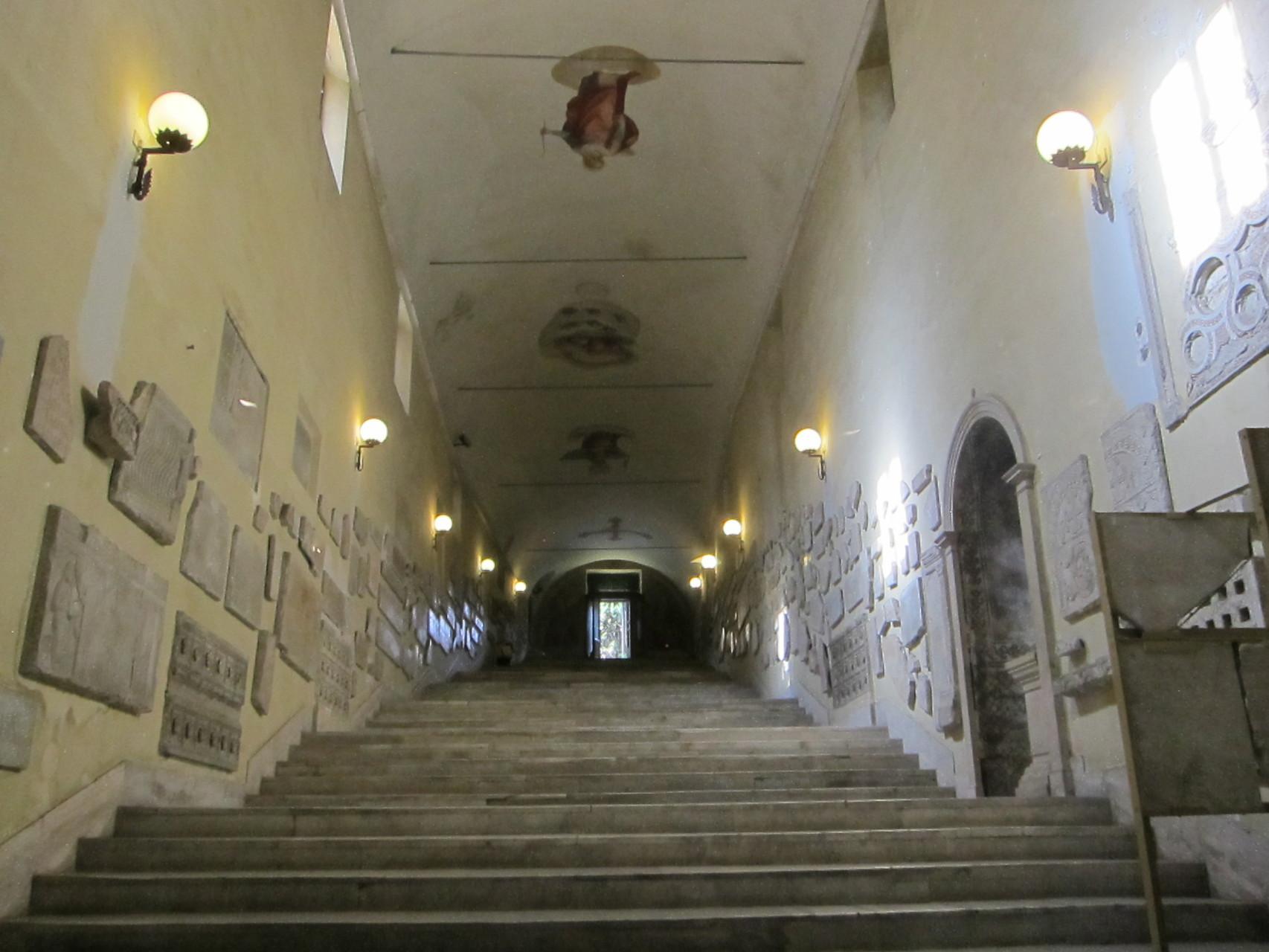 素敵な階段ですね。中は御ミサ中でしたので写真は遠慮しました
