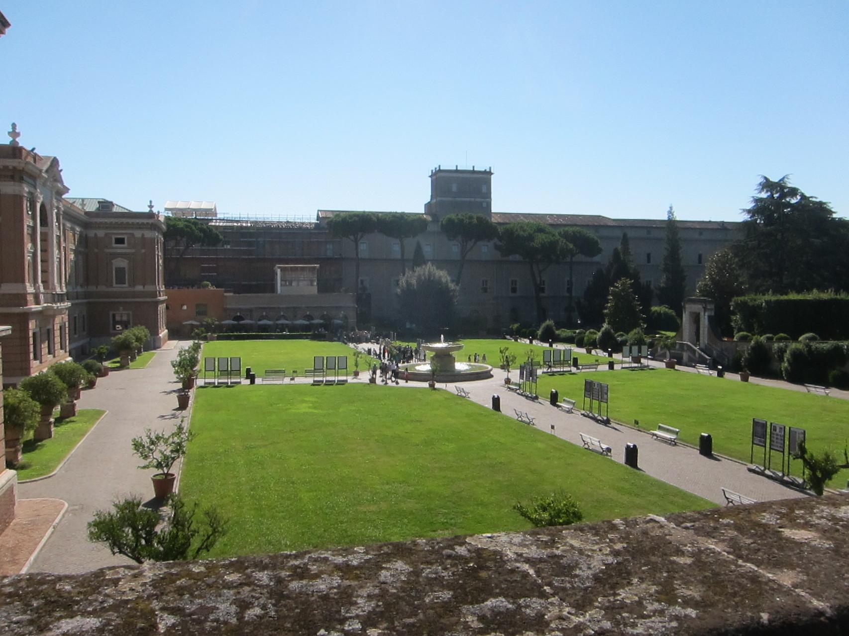 向こうはヴァチカン美術館です