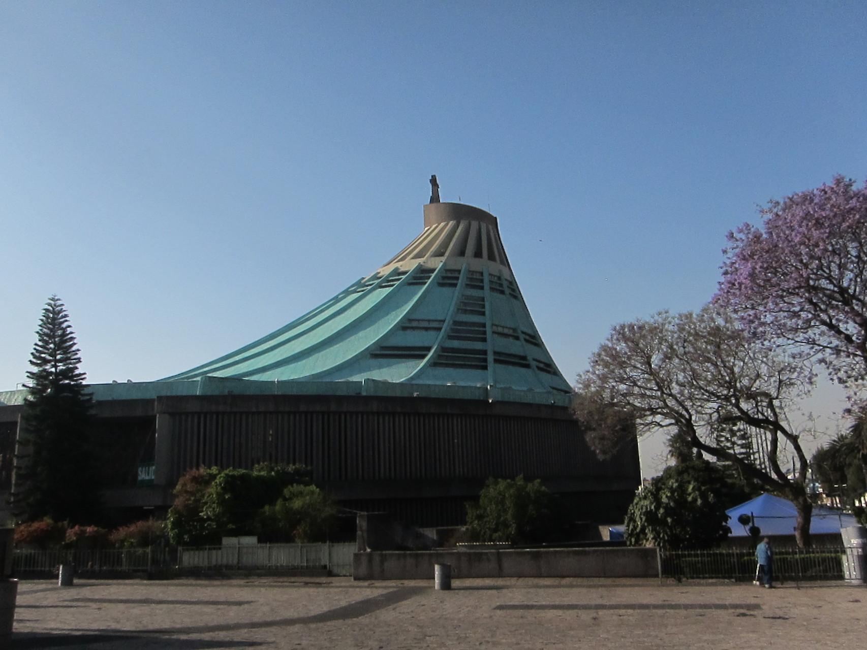 新聖堂は1本の吊り天井です