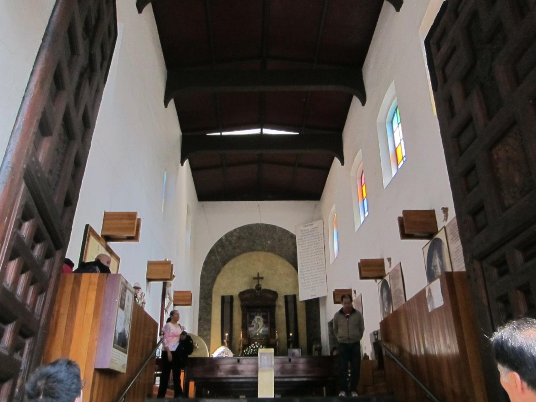 こちらは現地の方用の天井がなかった教会