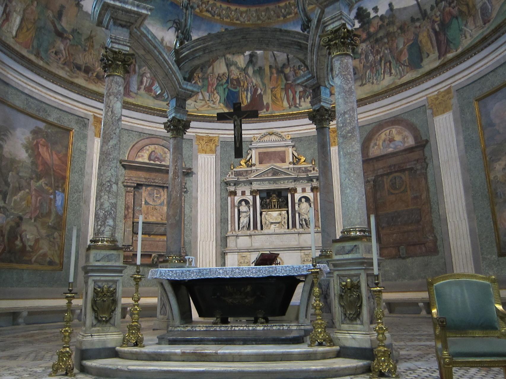 祭壇となっているのはローマ時代の浴槽