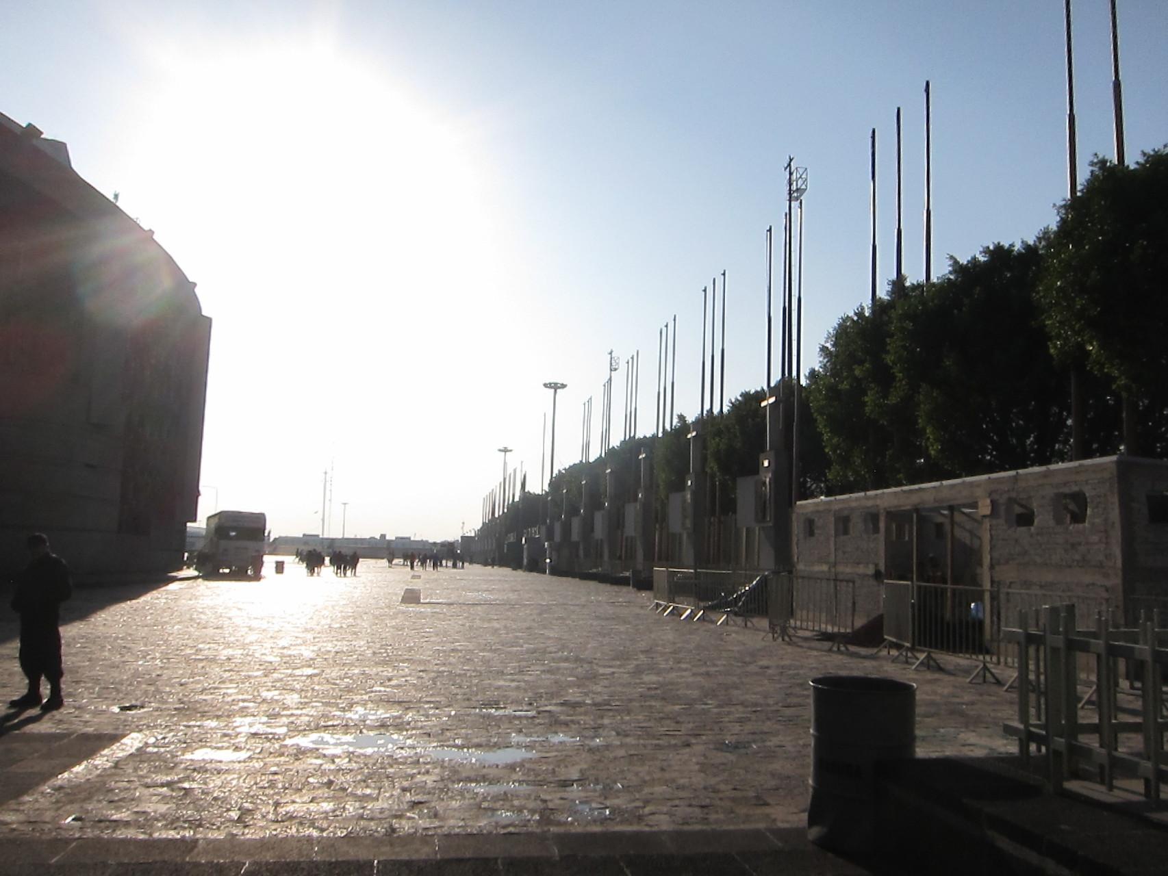 広場に入ると燦々と朝日が注がれています