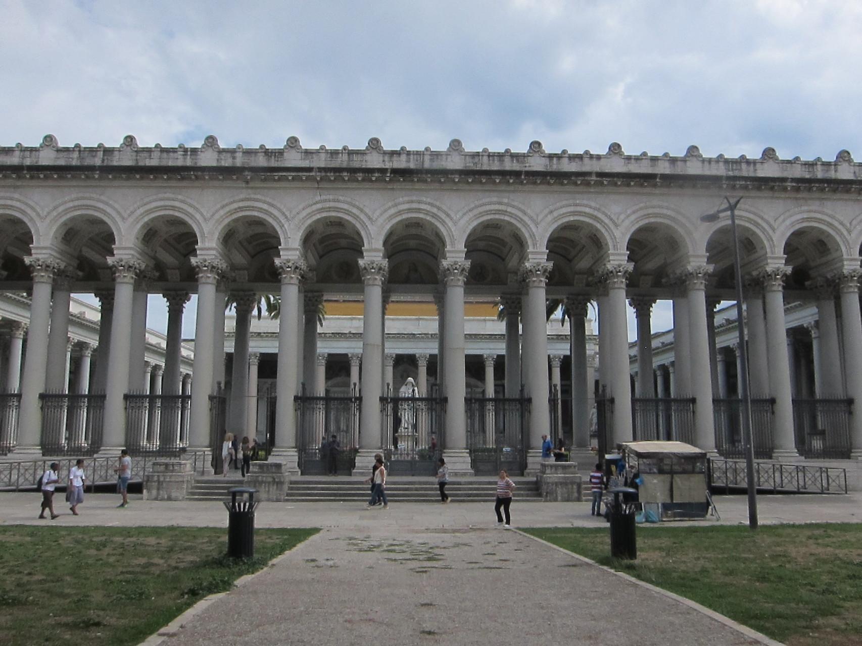 美しい廻廊があるサンパオロフォリレムーラ大聖堂