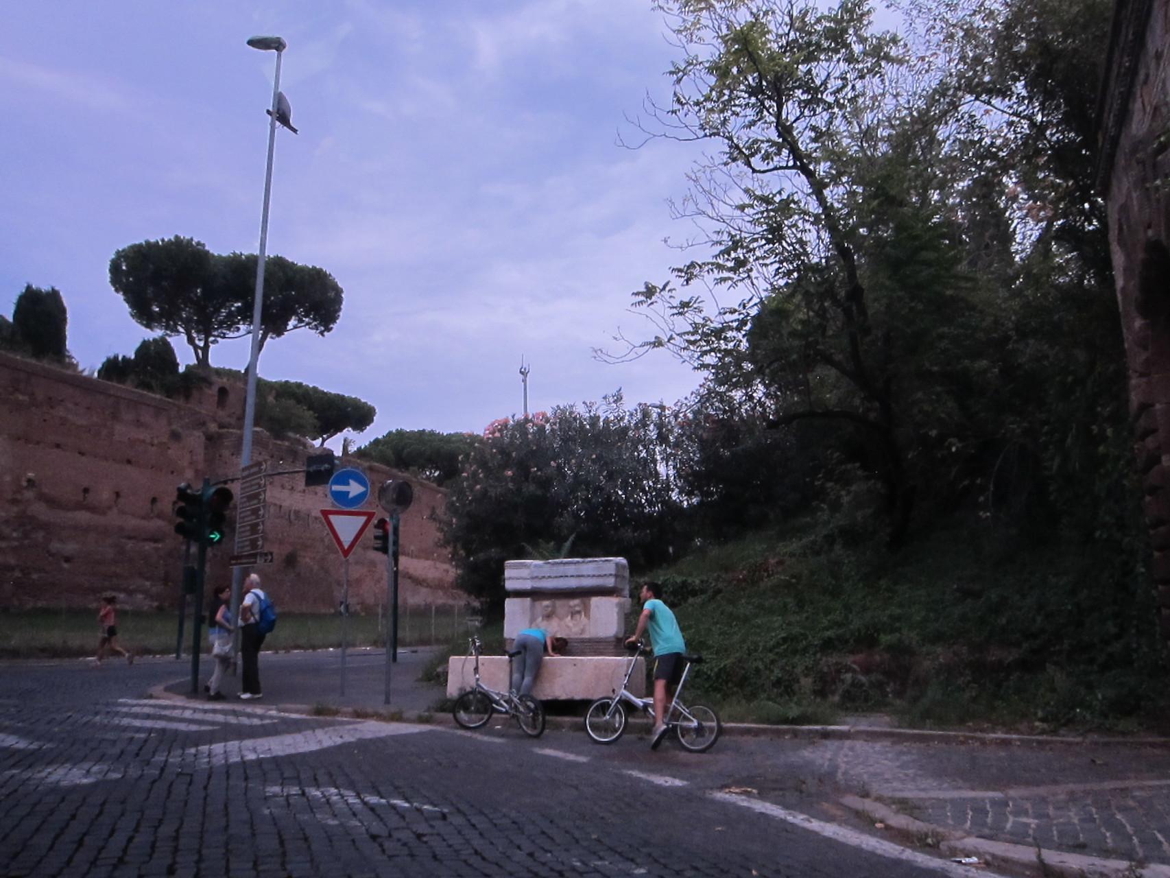 こちらがアッピア街道の入り口であり手前が石畳です