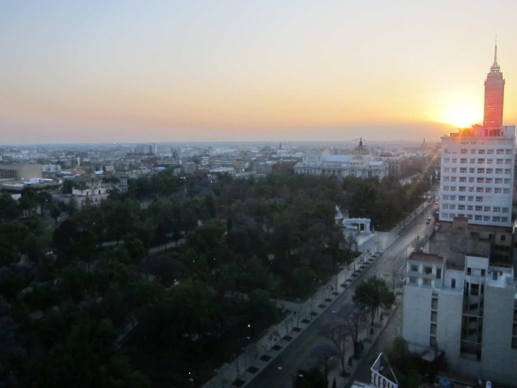 メキシコシティ中心部の日の出です。中央右にグアタルーペの丘が見えます
