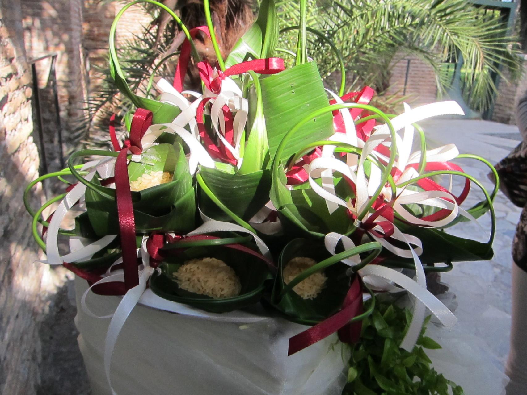 霊廟の入り口にはライスシャワー用の花束