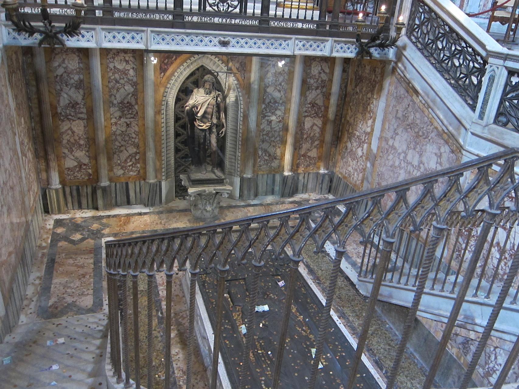 階下に降り
