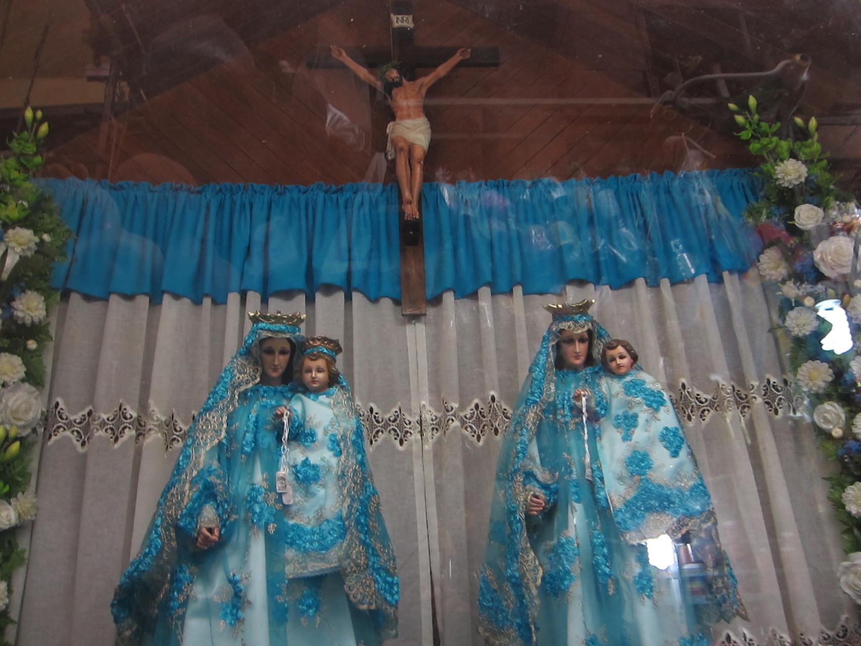 イエスと聖母子の祭壇があります