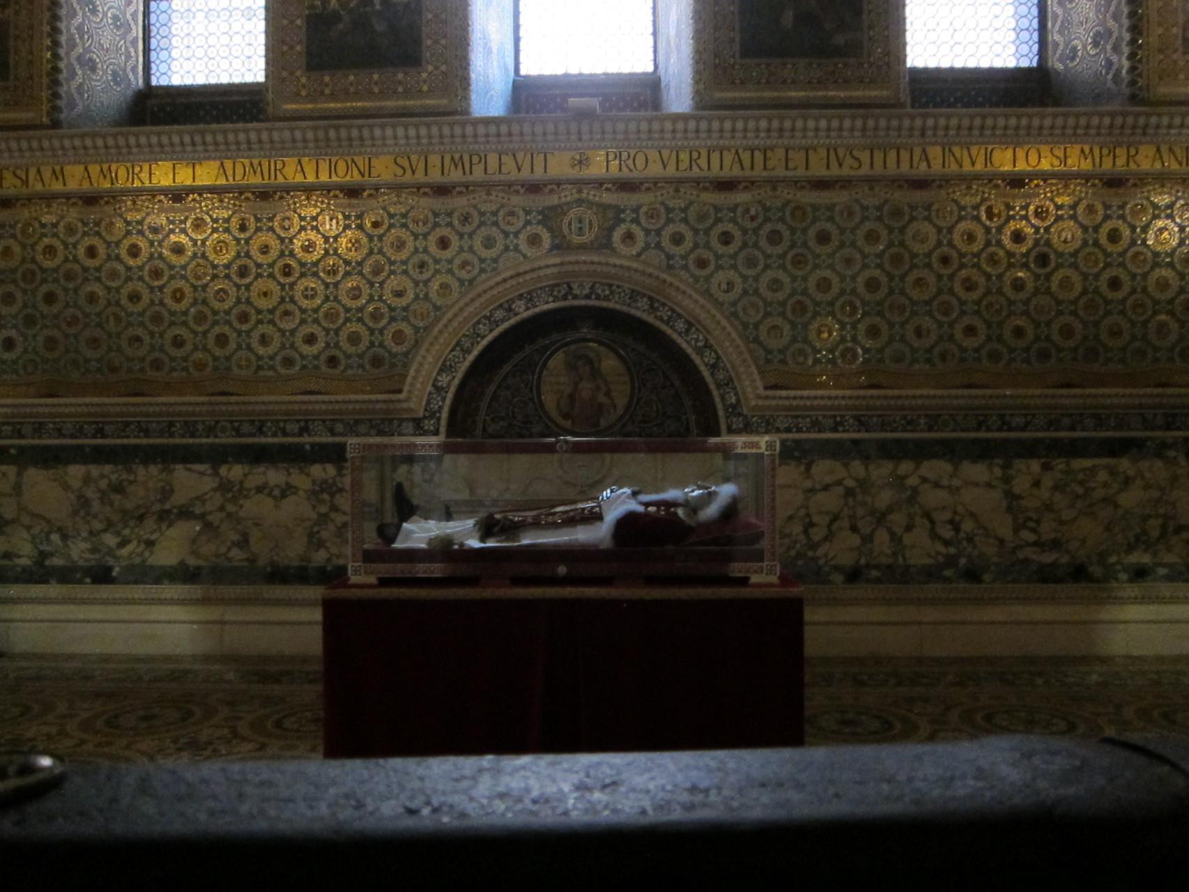 聖堂奥には蝋マスクをつけた過去の法王が安置されています