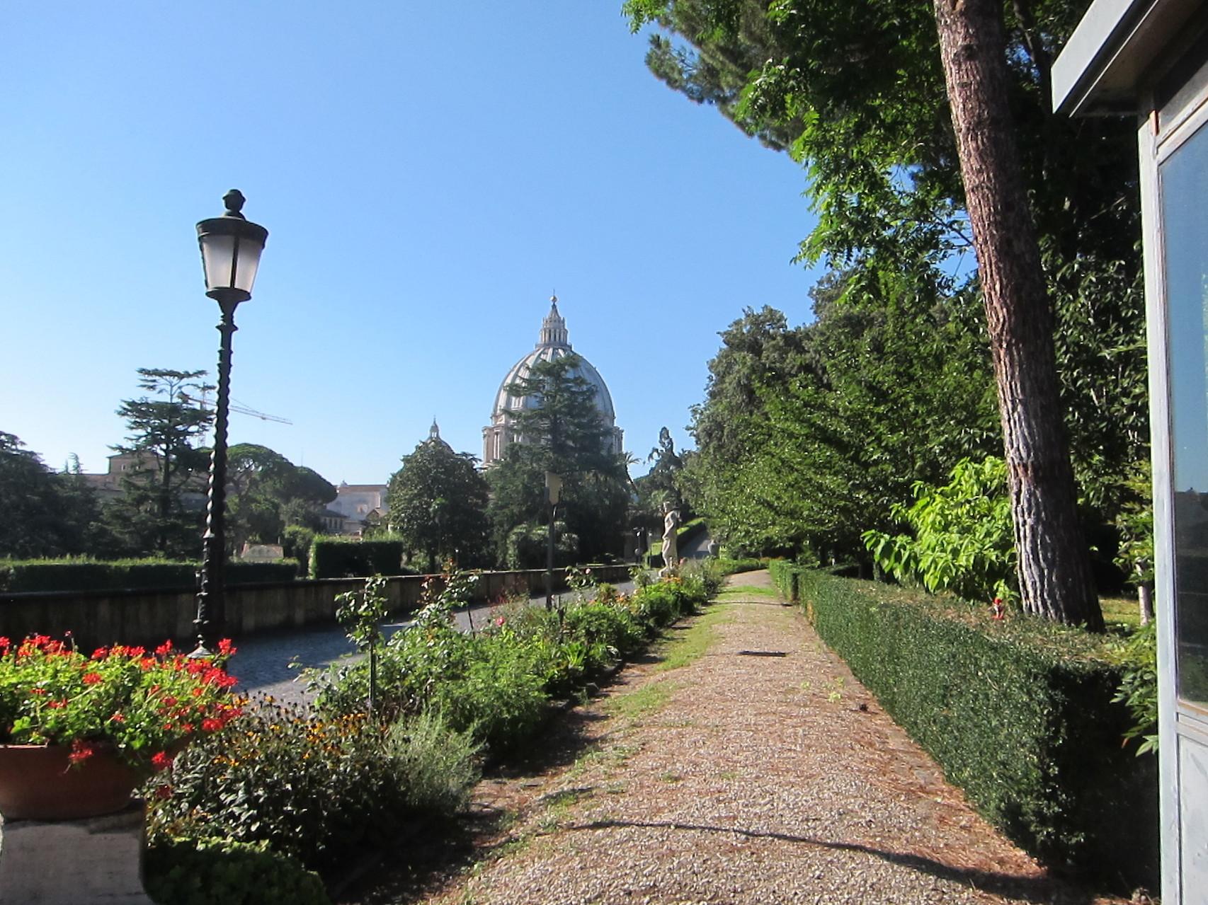 美術館側からも見える庭園の横を通り