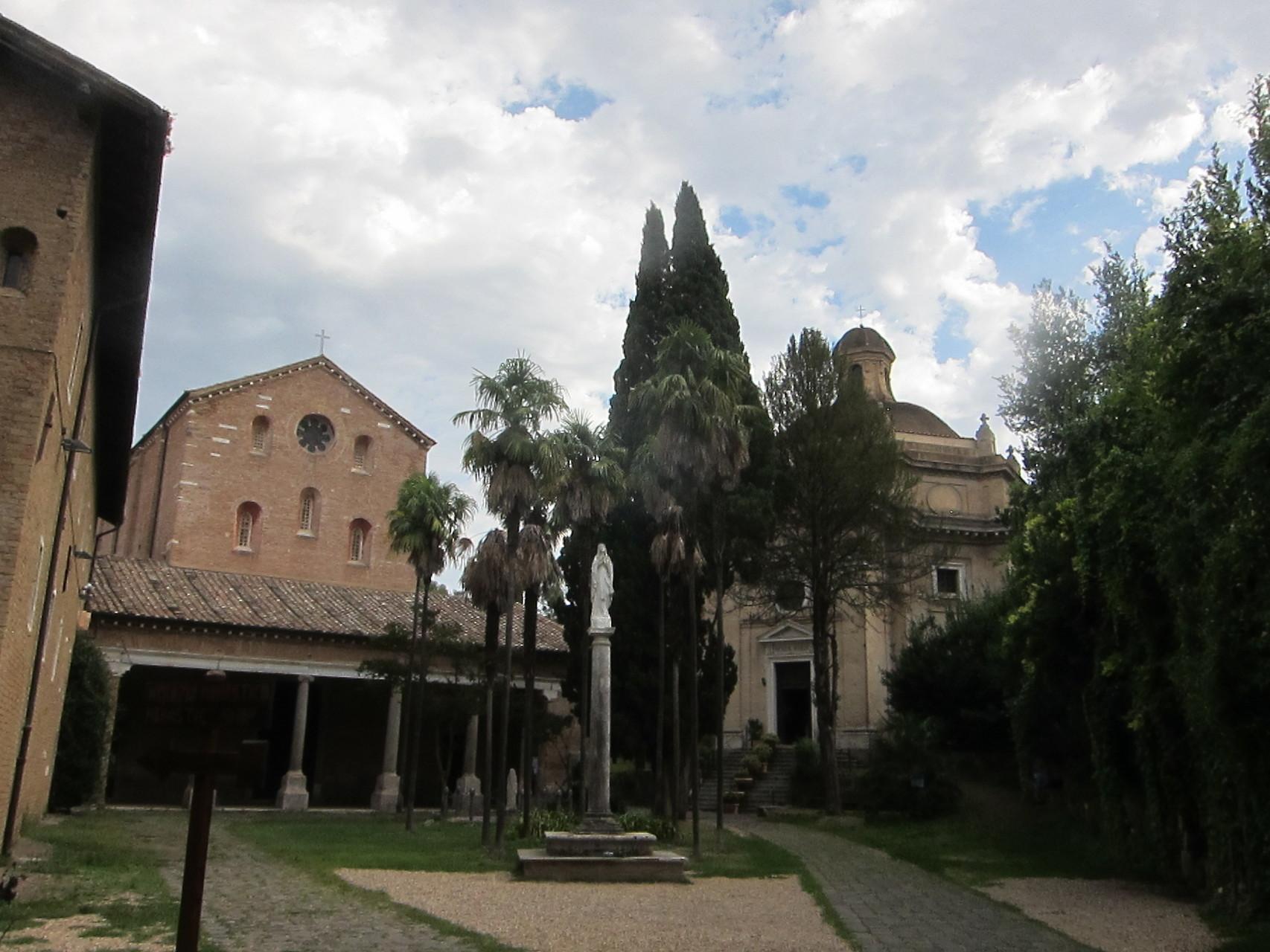 静かな修道会です 右側が聖パウロの牢跡の教会