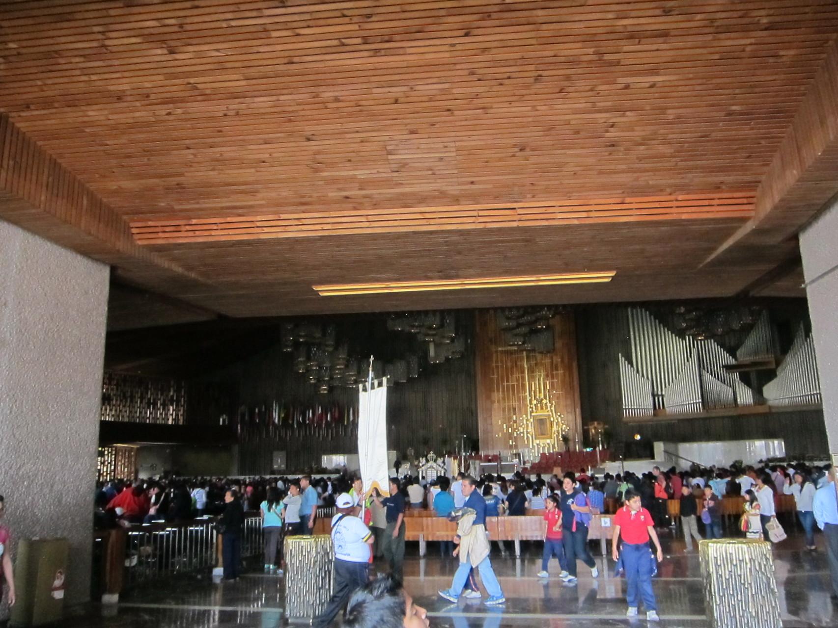 新聖堂です。正面にグアタルーペ聖母のマントです