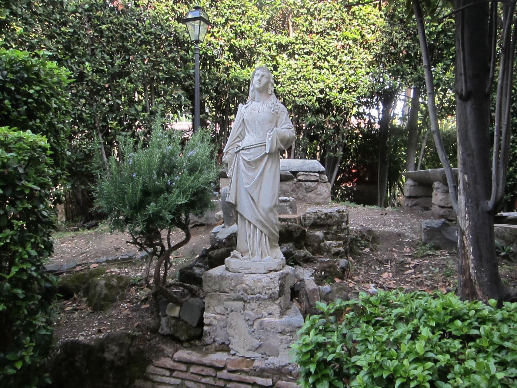 聖アグネスの墓地の上に建てられた聖堂へ向かう小道