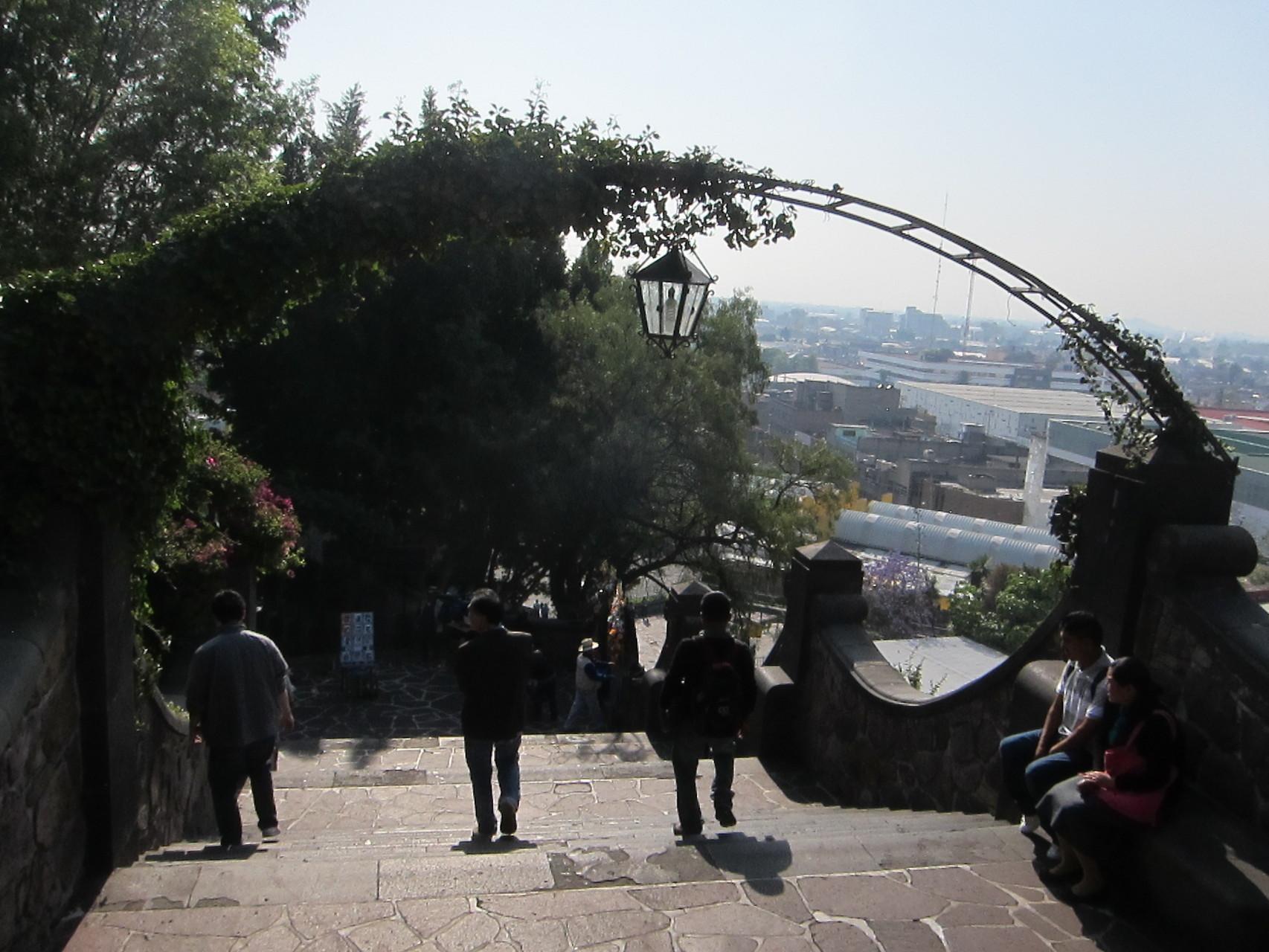 祈りを終え階段を反対に下ります