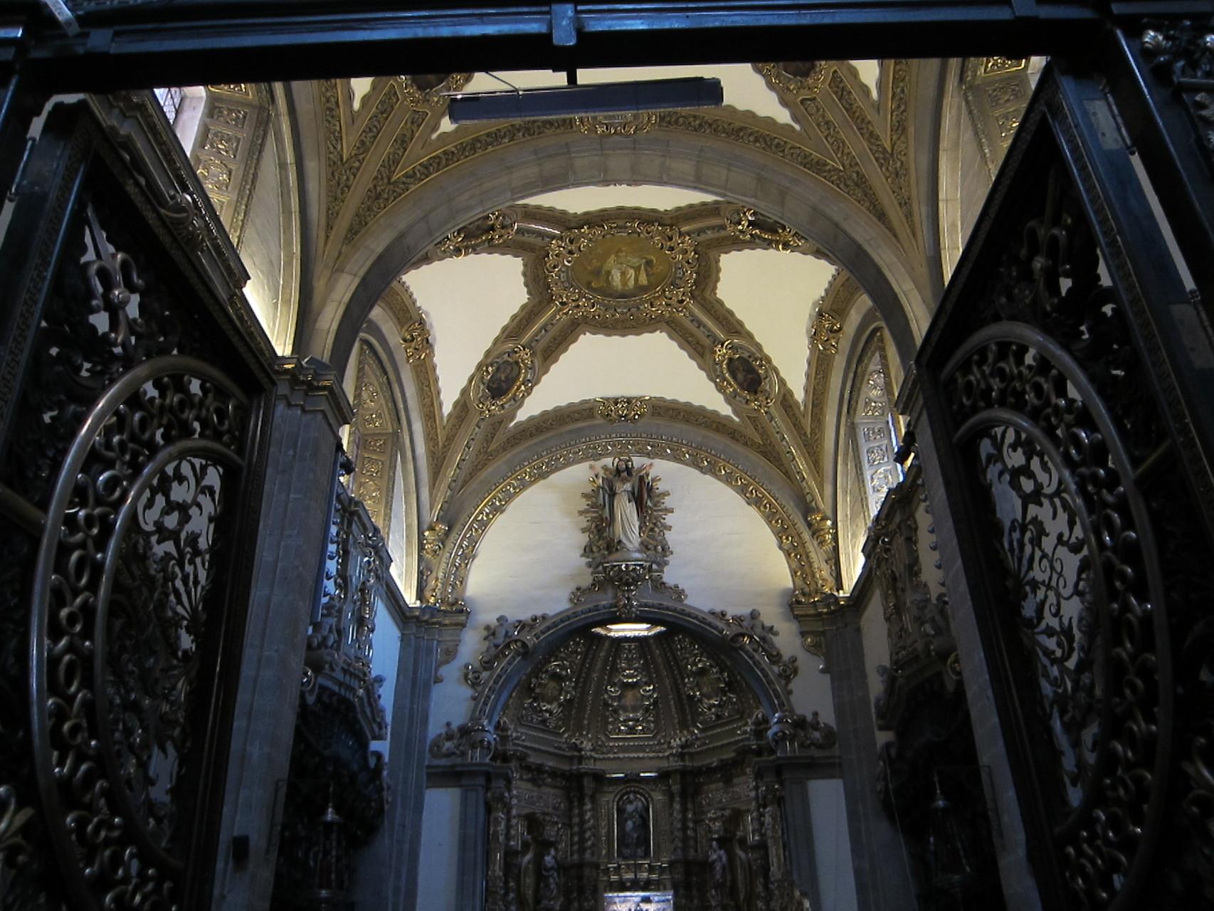 傾いた旧聖堂お御堂。