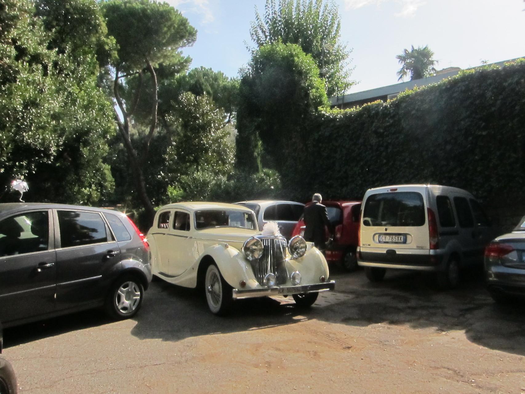 花嫁と父を乗せた高級車が到着です
