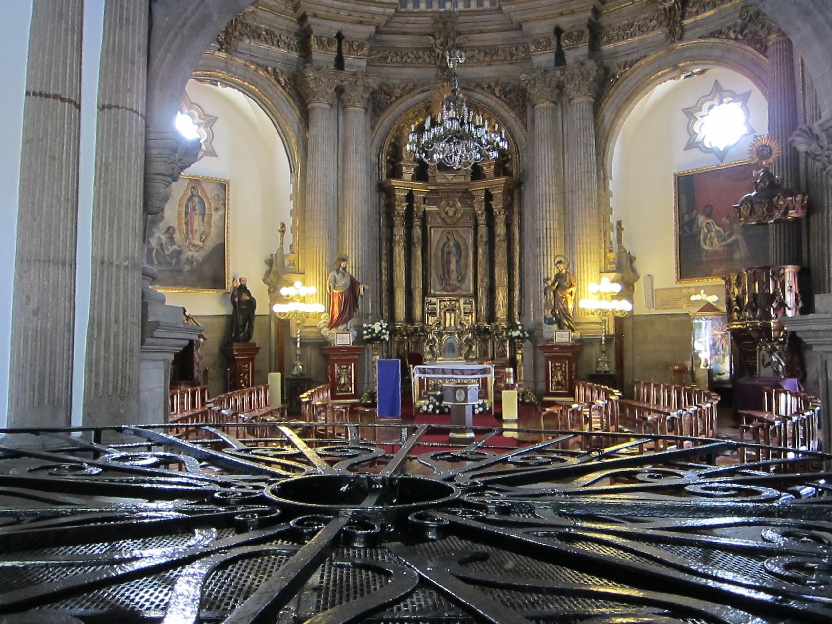 聖水の教会内