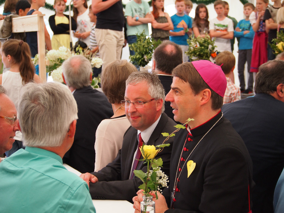 Bischof und Pfarrer beim Smalltalk